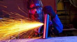 Arbeider die een molen met behulp van royalty-vrije stock afbeeldingen