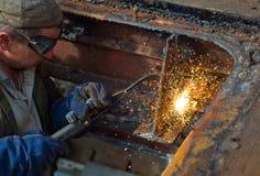 Arbeider die een propaantoorts gebruikt Stock Foto's
