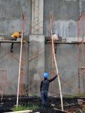 Arbeider die een veiligheidsbescherming van arbeiders gebruiken die een steenkolenbekkenproject bouwen Stock Afbeeldingen