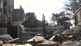 Arbeider die een vernietigd huis herbouwen door brand stock video