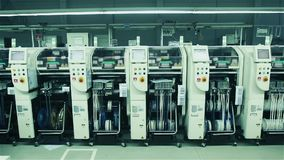 Arbeider die elektronische kringsraad assembleren Computerfabriek stock footage