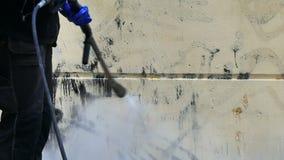 Arbeider die graffiti verwijderen stock footage
