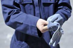 Arbeider die handschoenen dragen Stock Afbeeldingen
