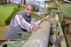 Arbeider die het hout voorbereiden royalty-vrije stock fotografie