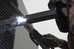 Arbeider die het staal lassen Royalty-vrije Stock Afbeelding
