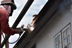 Arbeider die het staal lassen stock afbeelding