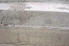 Arbeider die het verse concrete gieten van de helling van de mixer` s lossing uitspreiden royalty-vrije stock afbeelding