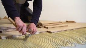 Arbeider die houten parket installeren stock video