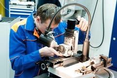 Arbeider die hulpmiddel met optisch controleert royalty-vrije stock foto