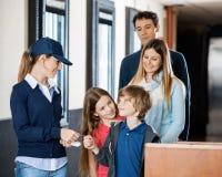 Arbeider die Kaartjes van Familie controleren bij Bioskoop Stock Foto