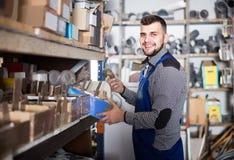 Arbeider die kleine details controleren sanitaire techniek in worksh stock foto