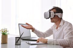 Arbeider die met met 3d projectie in bureau interactie aangaan Stock Foto