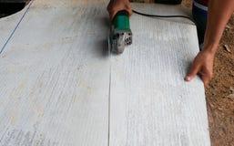 Arbeider die molen voor besnoeiings Concrete plakken met behulp van met stof in achtergrond en exemplaarruimte, ruimte voor tekst royalty-vrije stock fotografie