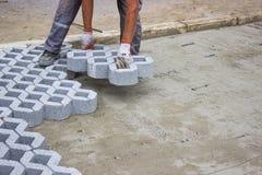 Arbeider die nieuwe parkerenplaatsen 2 bedekken Stock Foto