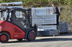 Arbeider die op werf met vrachtwagenlift het werk voorbereiden royalty-vrije stock foto