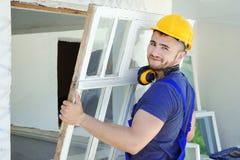 Arbeider die oud venster verwijderen royalty-vrije stock foto's