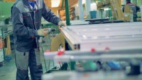Arbeider die plastic venster vervaardigen Lopende band van de vensters en de deuren van pvc stock video