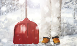 Arbeider die sneeuw op de binnenplaats met de schop verwijderen tijdens sneeuwval Stock Foto's