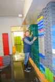 Arbeider die stapels plastic containers organiseren Stock Afbeelding