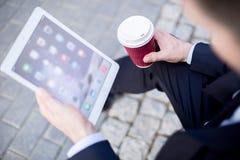 Arbeider die tablet voor zaken gebruiken Royalty-vrije Stock Foto's