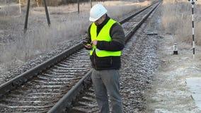 Arbeider die tabletpc met behulp van dichtbij spoorweg stock video