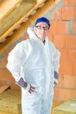 Arbeider die thermische isolatie vastmaken aan dak Stock Foto