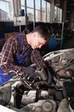Arbeider die van benzinestation auto herstellen Stock Fotografie