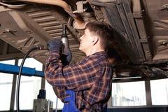 Arbeider die van benzinestation auto herstellen Royalty-vrije Stock Afbeeldingen