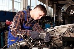 Arbeider die van benzinestation auto herstellen Stock Afbeeldingen