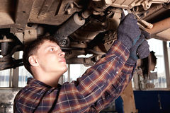 Arbeider die van benzinestation auto herstellen Royalty-vrije Stock Foto