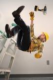 Arbeider die van ladder vallen Stock Foto's