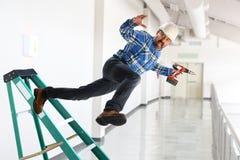 Arbeider die van Ladder vallen stock afbeeldingen
