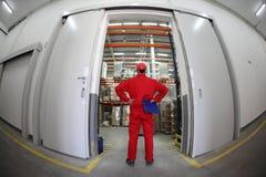 Arbeider die zich in deuropening bevindt royalty-vrije stock afbeelding