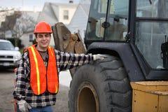 Arbeider door tractor Stock Foto's