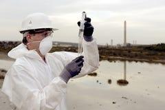 Arbeider in een beschermend kostuum dat verontreiniging onderzoekt Royalty-vrije Stock Foto