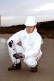 Arbeider in een beschermend kostuum dat verontreiniging onderzoekt Royalty-vrije Stock Afbeeldingen