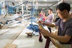 Arbeider in een Chinese kledingstukfabriek Royalty-vrije Stock Fotografie
