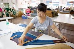 Arbeider in een Chinese kledingstukfabriek Royalty-vrije Stock Foto