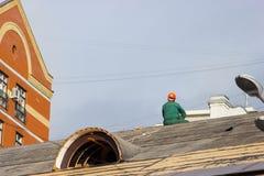 Arbeider in een helm stock fotografie