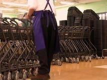 Arbeider in een supermarkt stock afbeelding