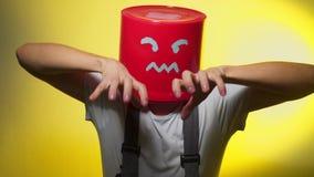Arbeider in eenvormig met rode emmer op zijn boos hoofd stock video