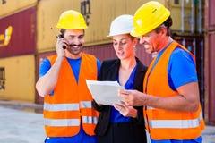Arbeider en manager van verzendingsbedrijf het bespreken royalty-vrije stock foto