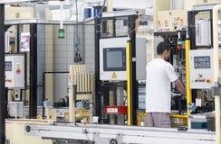 Arbeider in Geautomatiseerde fabriek stock foto