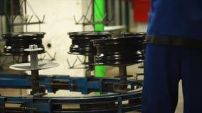 Arbeider gezette nieuw-gemaakte randen op de transportband stock video