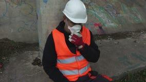 Arbeider in het luchtmasker bij in openlucht stock videobeelden