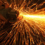 Arbeider het maken vonkt terwijl het lassen van staal Stock Foto's
