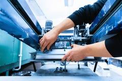 Arbeider het plaatsen het metaalmachine van het drukonderzoek Royalty-vrije Stock Afbeeldingen