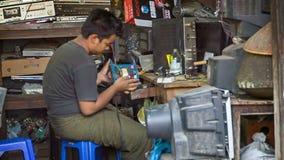 Arbeider in klein elektronisch de reparatie elektrisch apparaat van het de dienstcentrum stock footage