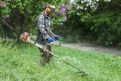 Arbeider in M.M. Gryshko National Botanical-Tuin (Kiev, de Oekraïne). stock foto's