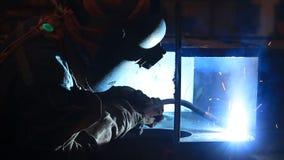 Arbeider met beschermend masker stock video